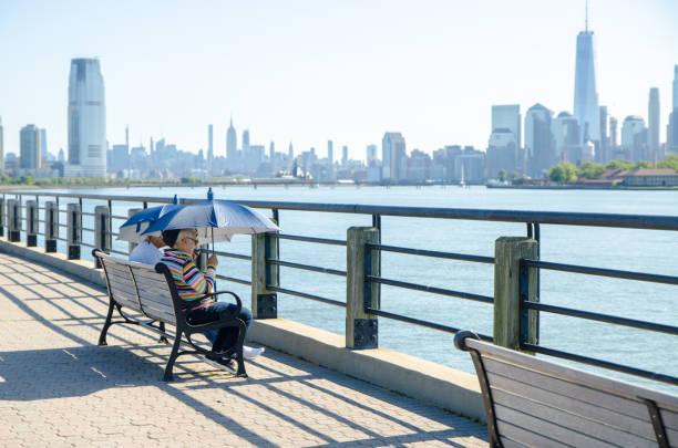Reife Mann und Frau mit Blick auf Manhattan – Foto