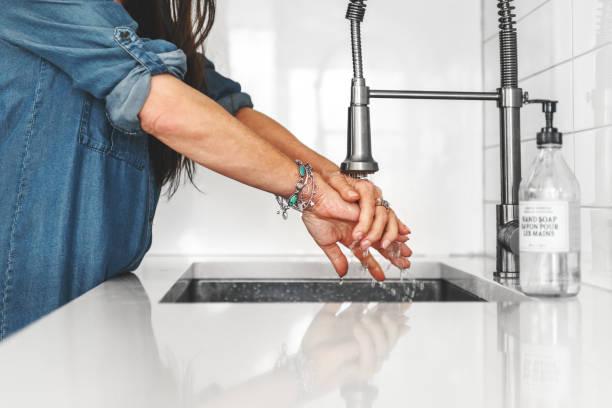 Olgun erkek ve kadın yıkama elleri stok fotoğrafı