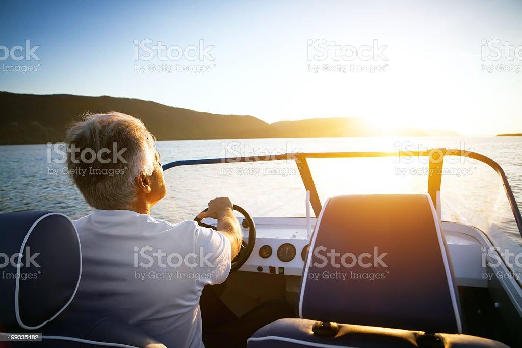 Älterer Mann mit dem Schnellboot – Foto