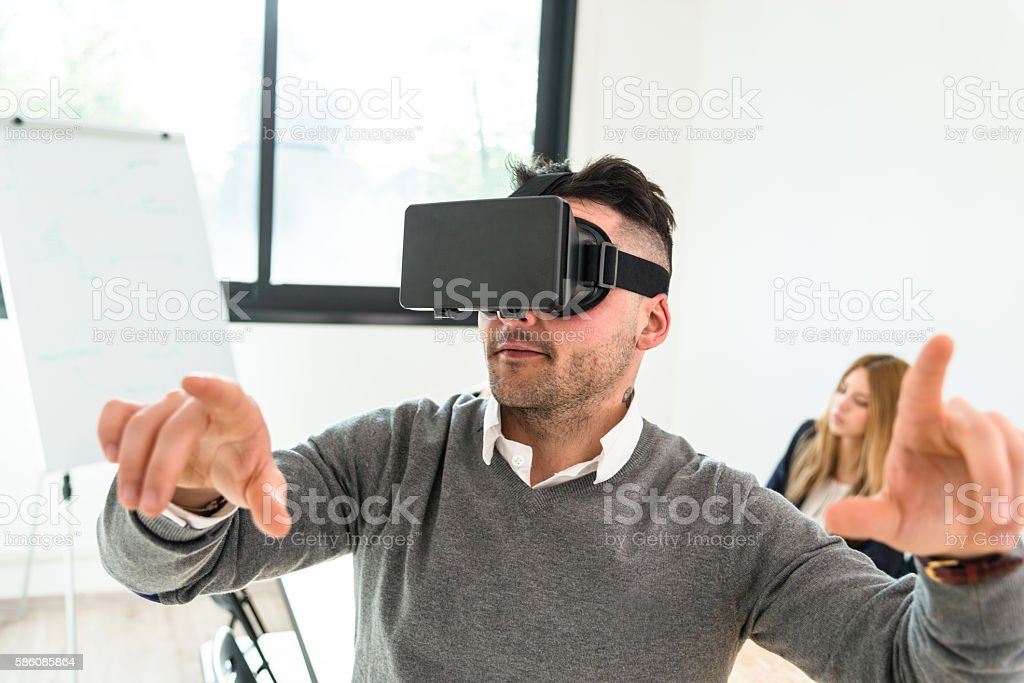 Homme d'âge mûr entartains en libre avec son appareil Simulateur de réalité virtuelle - Photo
