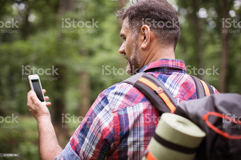 Reifer Mann Erkunden Sie den Wald. Lizenzfreies stock-foto