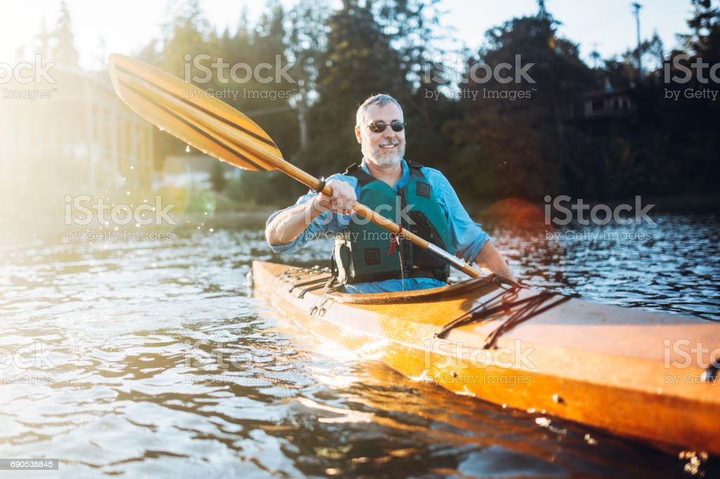 Hombre maduro tiene kayak divertido - foto de stock