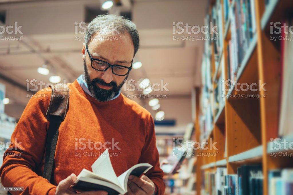 Reifer Mann in Buchhandlung – Foto