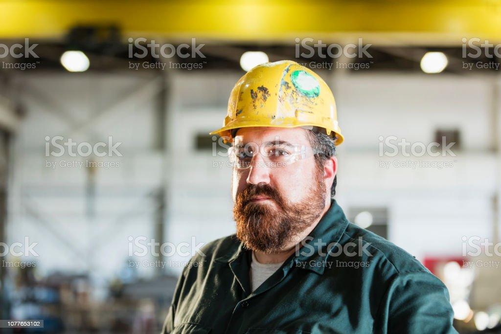 Reifer Mann in Metall Fabrikationsanlage – Foto