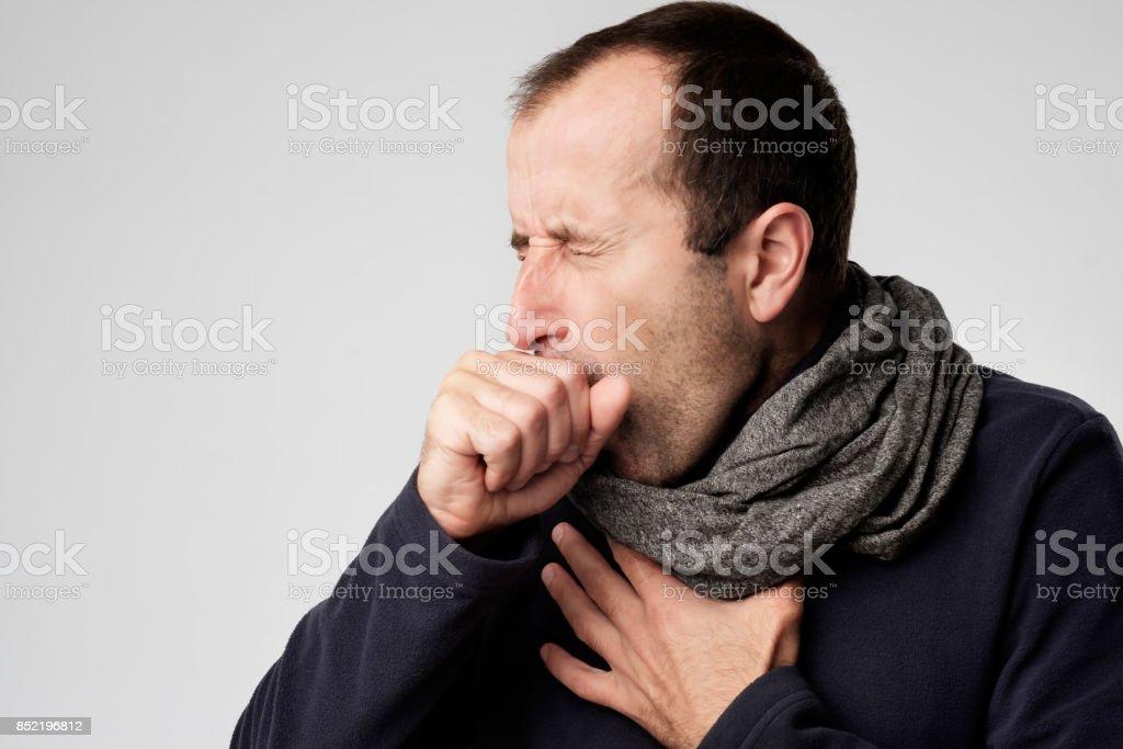 Reifer Mann ist krank von Erkältung oder Lungenentzündung. – Foto