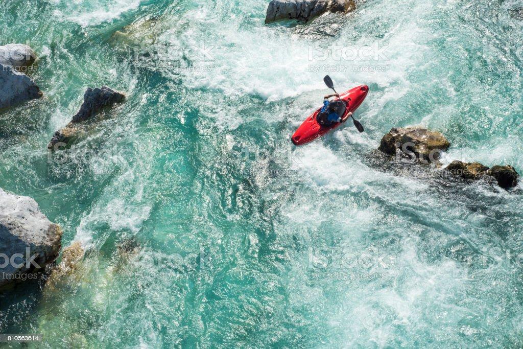 Hombre maduro, kayak en los rápidos del río Soca - vista de ángulo alto - foto de stock