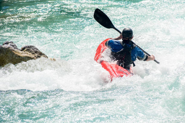 homem maduro, caiaque na água azul-turquesa do rio soca - eslovénia - caiaque canoagem e caiaque - fotografias e filmes do acervo