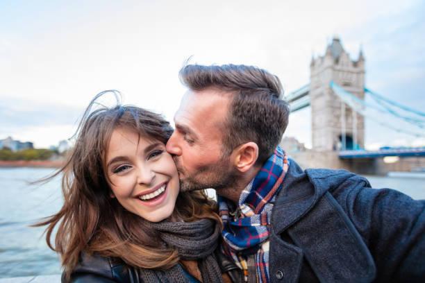 mogen man kysser hans flickvän utomhus - middle aged man dating bildbanksfoton och bilder