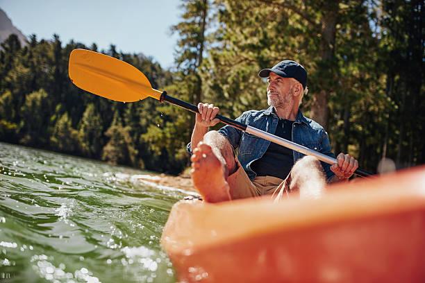 Hombre maduro Reme en kayak - foto de stock
