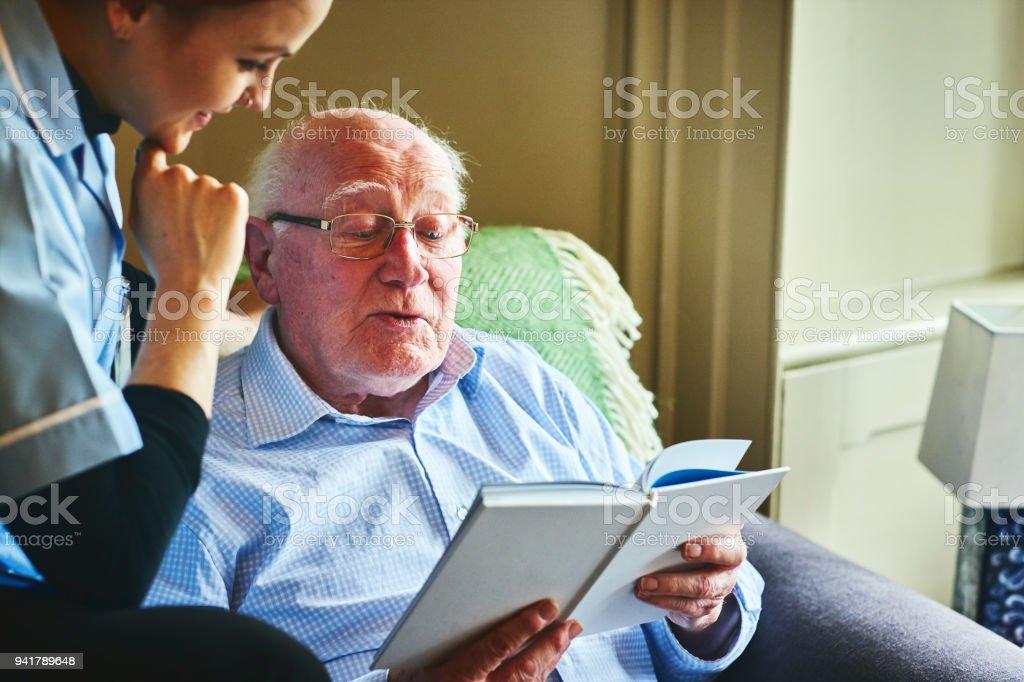 Reifer Mann ein Buch mit nach Hause Betreuer – Foto