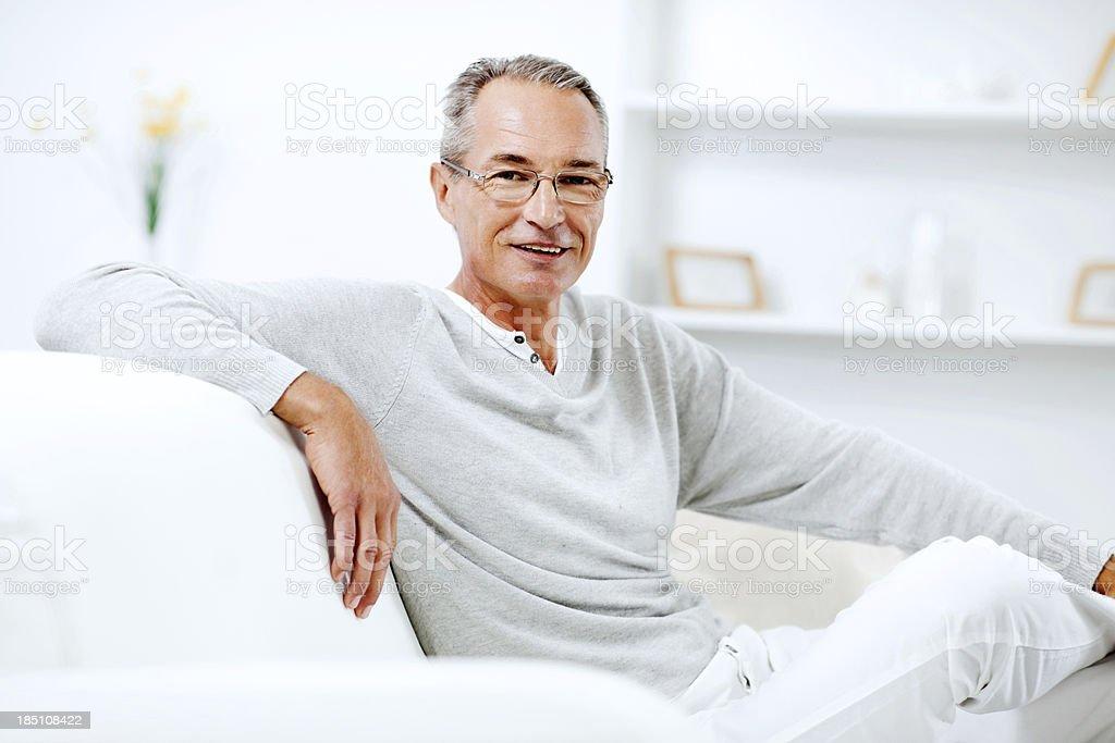 Reifer Mann zu Hause zu entspannen. – Foto