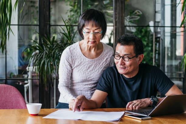 Reife Mann zeigt Frau Dokument und zeigen – Foto