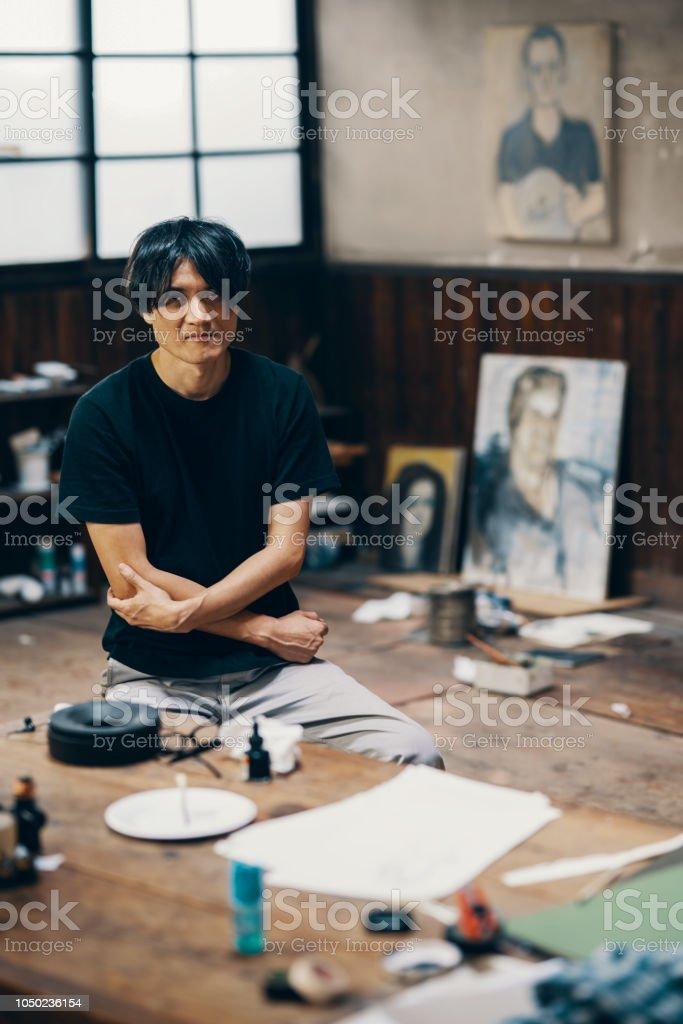 Reifer Mann Sitzt In Seinem Atelier Vor Einem Neuen ...