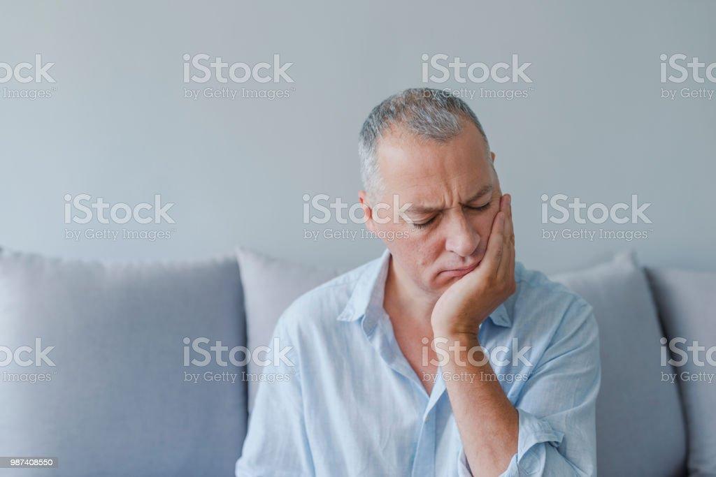 Hombre maduro sufre de dolor de dientes, caries - foto de stock
