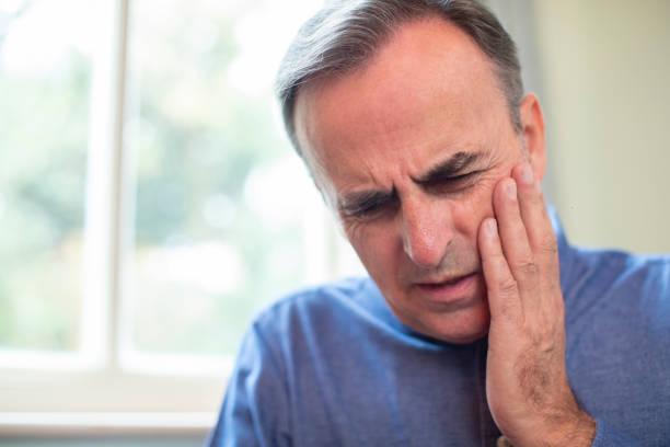 olgun adam diş ağrısı ve sürtünme ağrılı diş ile suffering - kazalar ve felaketler stok fotoğraflar ve resimler