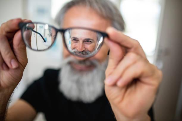 Reifer Mann testet neue Brillen – Foto
