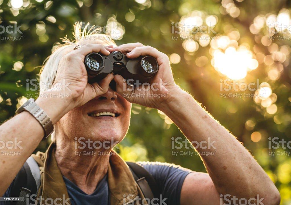 Reifer Mann Vogelbeobachtung Fernglas – Foto
