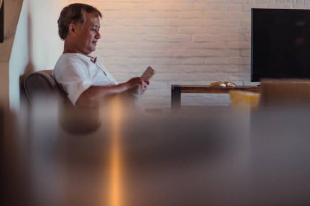 Reifer Mann mit tablet PC – Foto