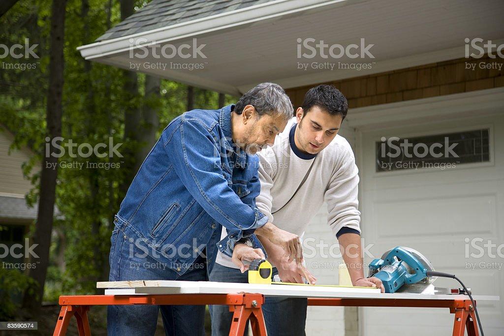 Uomo maturo lavorando con figlio foto stock royalty-free