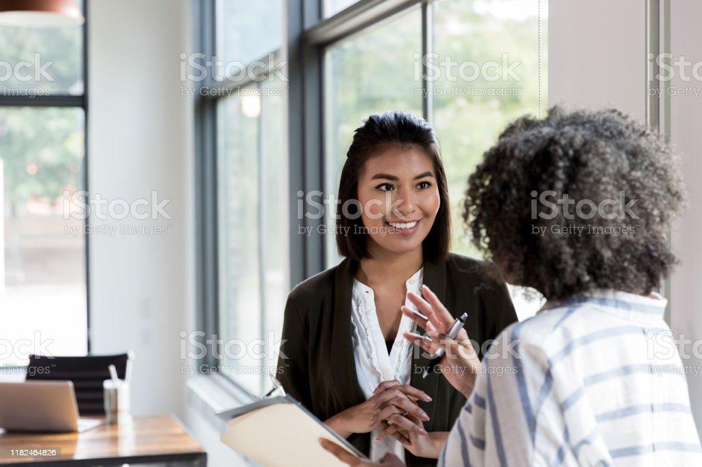 Volwassen Manager geeft lof aan mid volwassen werknemer - Royalty-free Afro-Amerikaanse etniciteit Stockfoto