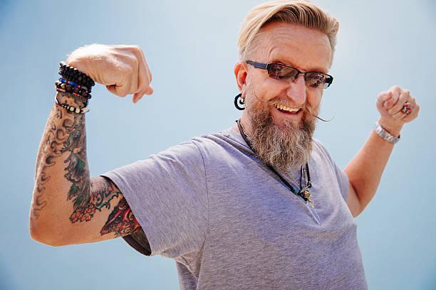 älterer mann arbeiten seine muskeln - alte tattoos stock-fotos und bilder
