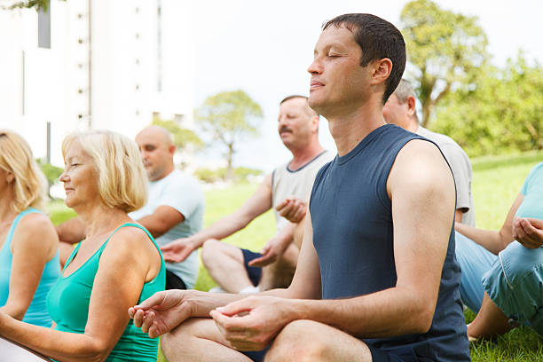 Ältere Menschen mit Yoga-Trainer – Foto