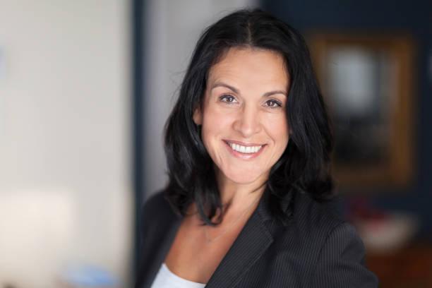 Reife spanische Geschäftsfrau Smiling At The Camera. Im Büro – Foto