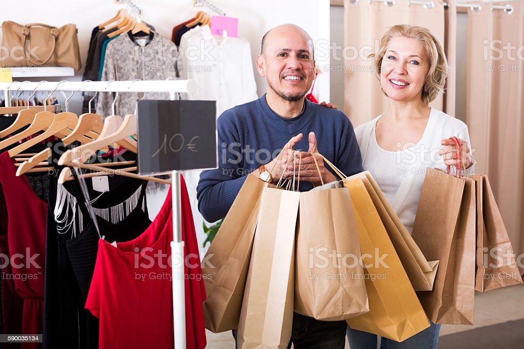 Ältere Ehegatten, die Einkaufstaschen mit Einkäufe – Foto