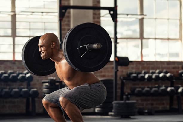 mogen stark man lyfta vikter på cross utbildning - tyngdlyftning bildbanksfoton och bilder