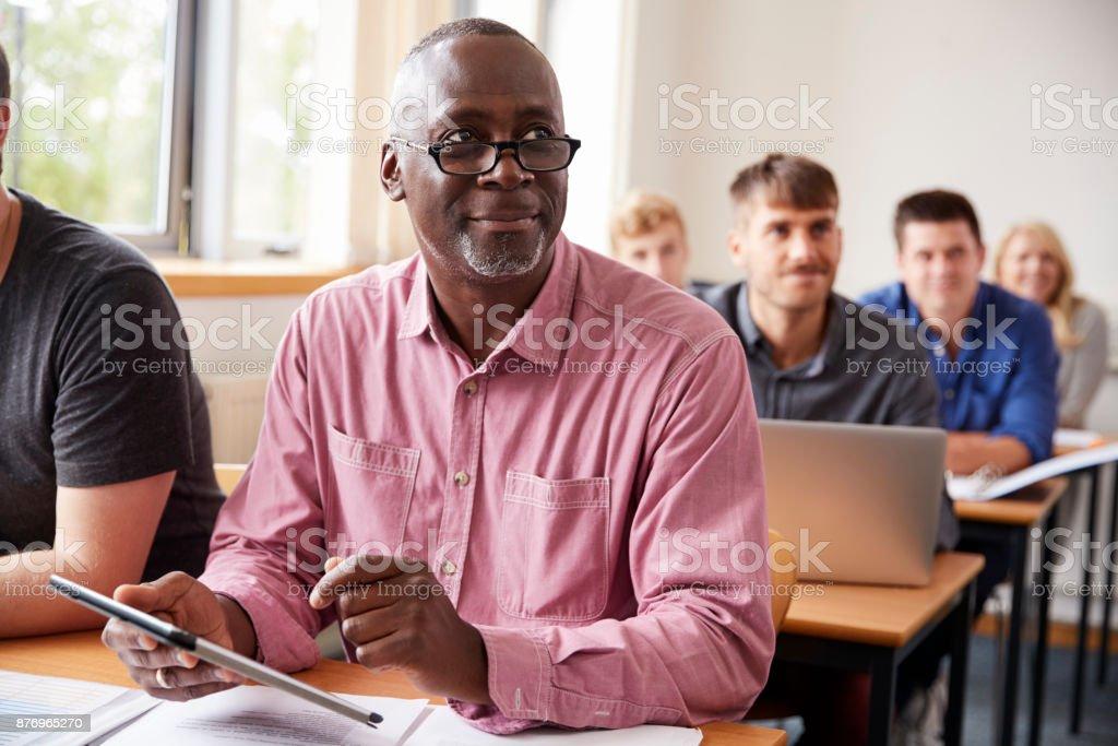 成人教育中使用數位平板電腦的成熟學生 - 免版稅20多歲圖庫照片