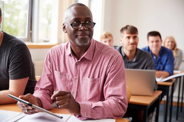 成人教育中使用數位平板電腦的成熟學生 - 成年人 個照片及圖片檔
