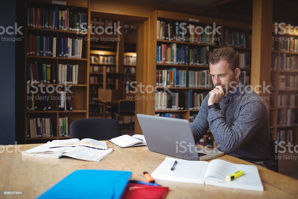 Mature student using laptop – Foto