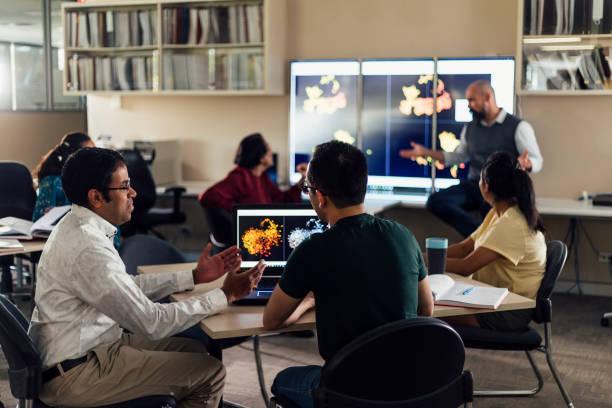 mogna studenter i klassdiskussion - digital device classroom bildbanksfoton och bilder