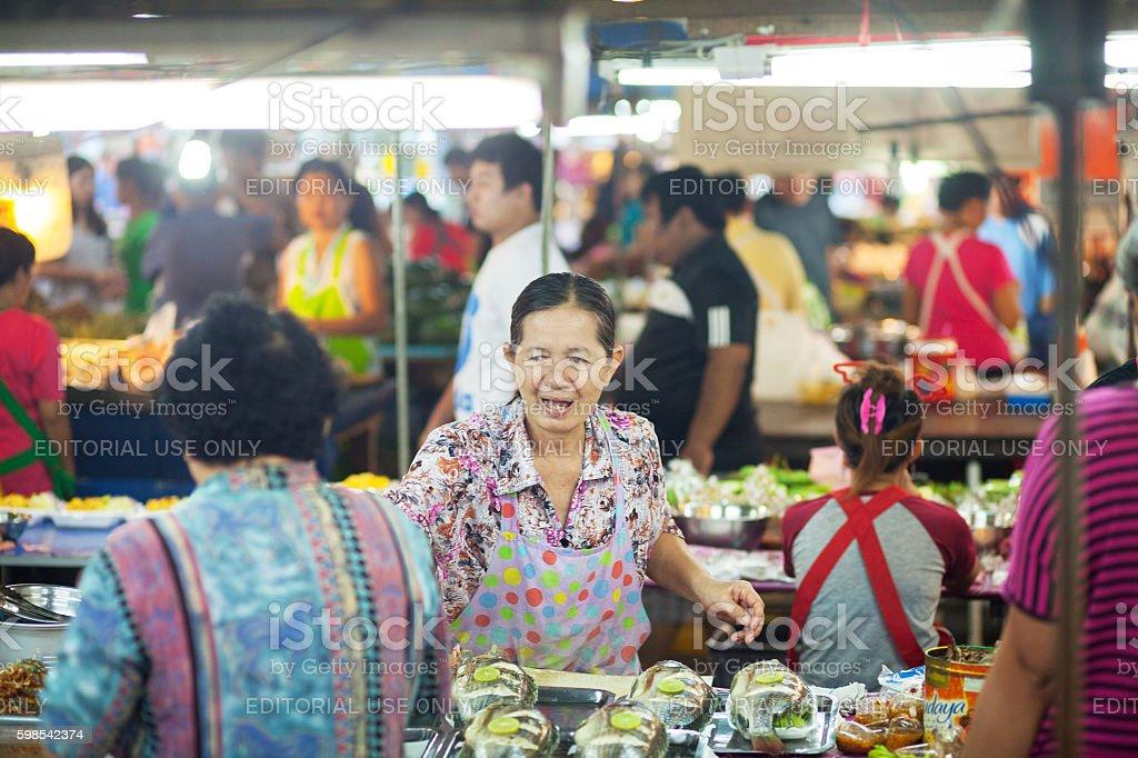 Mature thai vendor and people on market photo libre de droits