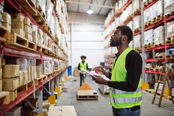 volwassen magazijn werknemer controle voorraad - warehouse worker stockfoto's en -beelden