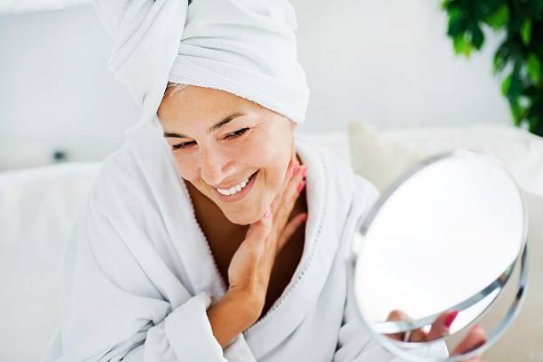 ältere frau und körperpflege - alte spiegel stock-fotos und bilder