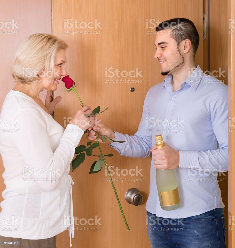 Banque d'images — Femme mature embrasse avec une jeune adolescente. Grand mère et fille