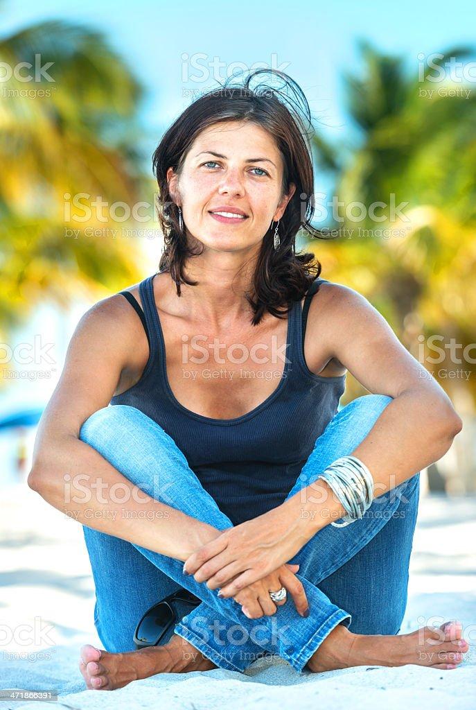 Femme d'âge mûr à la plage - Photo