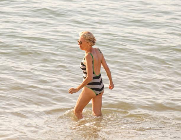 reife frau baden-frankreich - schöne osterbilder stock-fotos und bilder