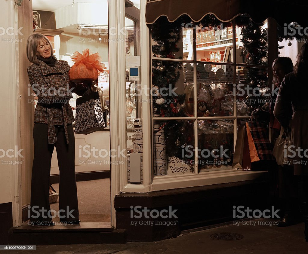 Mature woman Christmas shopping, smiling royalty free stockfoto
