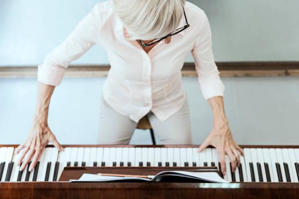 Reife Frau Komponist Klavier spielen – Foto