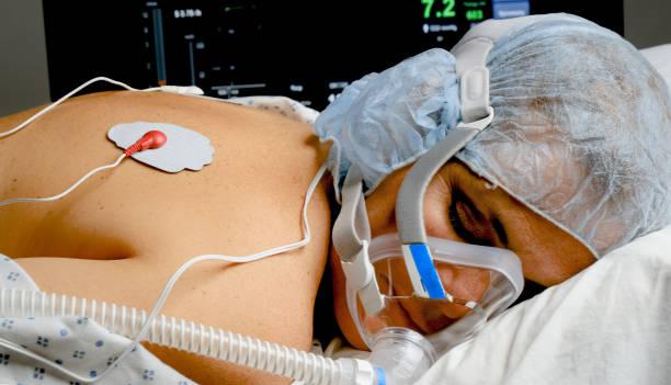 donna matura collegata a una maschera ventilatore - china drug foto e immagini stock