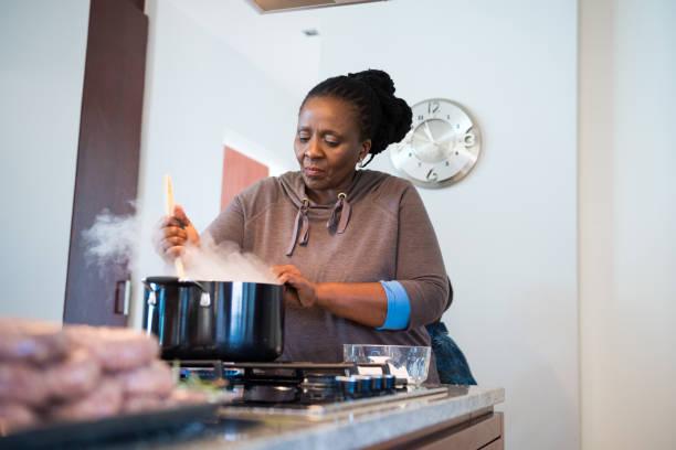 Reife Frau Kochen Essen in der Küche – Foto