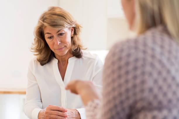 femme d'âge mûr parler des problèmes avec conseiller - séance de psychothérapie photos et images de collection