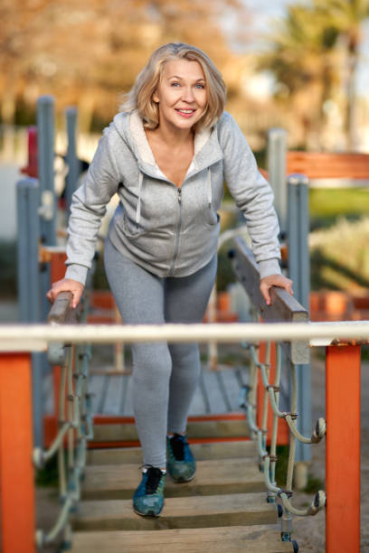 Mujer madura haciendo ejercicio en el parque. Concepto deportivo y de estilo de vida activo. - foto de stock