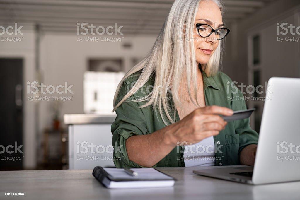 Rijpe vrouw online betalen - Royalty-free 40-49 jaar Stockfoto