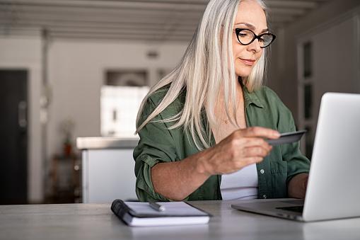 Rijpe Vrouw Online Betalen Stockfoto en meer beelden van 40-49 jaar