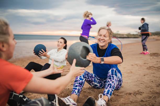 mulher madura fazendo bola ponderada exercícios - girl power provérbio em inglês - fotografias e filmes do acervo