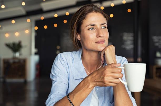 mujer madura bebiendo café - café bebida fotografías e imágenes de stock