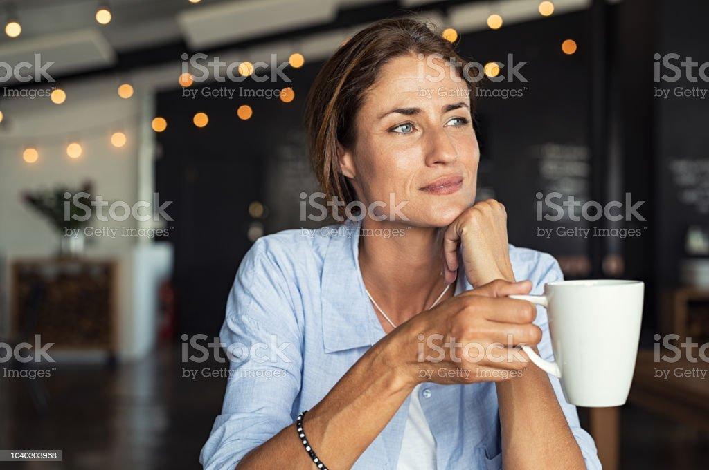 Ältere Frau trinkt Kaffee – Foto
